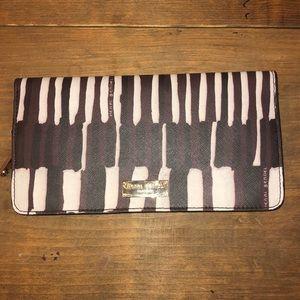 "Henri Bendel Large zip snap wallet 8""x4"" EUC"